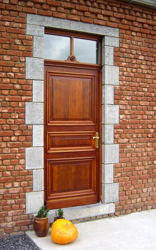 Porte en bois à l'ancienne avec une imposte vitrée