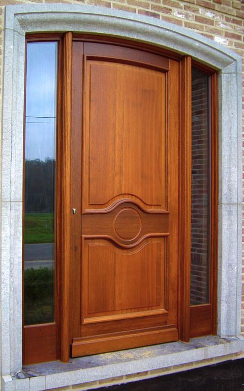 Porte en bois avec moulures et deux châssis fixes de part et d'autre