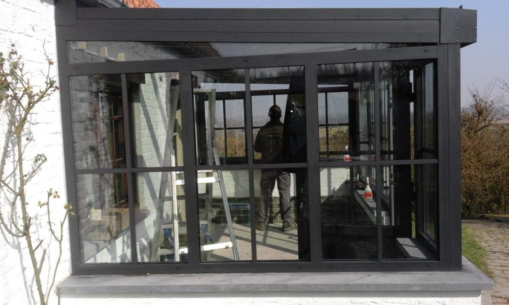 Veranda en ALU avec châssis et porte. Croisillons appliqués. RAL 7021 gris noir. Menuiserie Mahieu à Ath